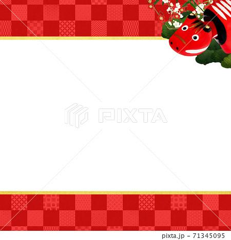 赤べこと松竹梅をあしらった赤い市松模様の背景 - 複数のバリエーションがあります 71345095