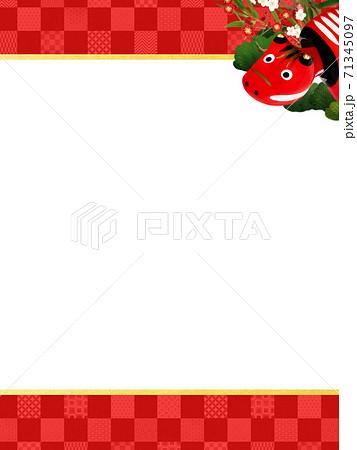 赤べこと松竹梅をあしらった赤い市松模様の背景 - 複数のバリエーションがあります 71345097
