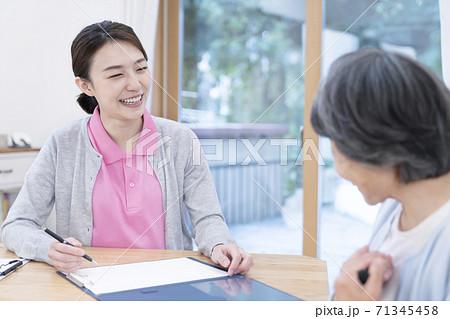 介護保険認定調査をするケアマネージャー 介護支援専門員 71345458