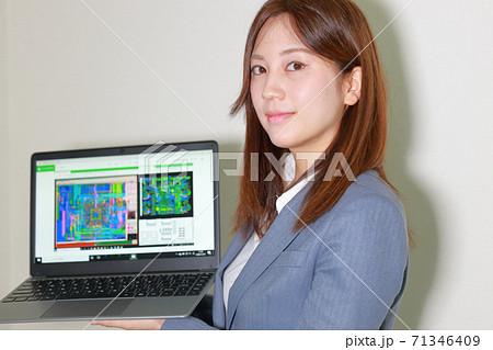 セミナー_CADソフトを説明する女性講師 71346409