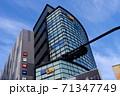 【記事素材に】都会の高層ビルと青空【ビジネス】 71347749