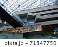 【記事素材に】都心にある高層ビルの中【ビジネス】 71347750