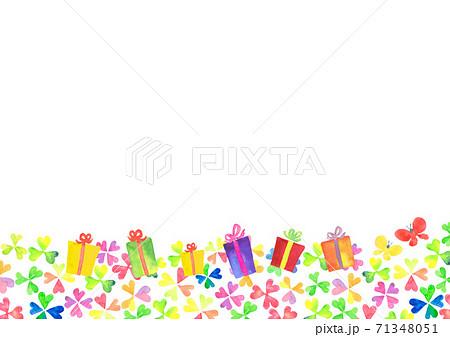 水彩で描いた四つ葉のクローバーとプレゼントのイラスト 71348051