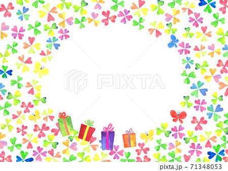 水彩で描いた四つ葉のクローバーとプレゼントのイラスト 71348053