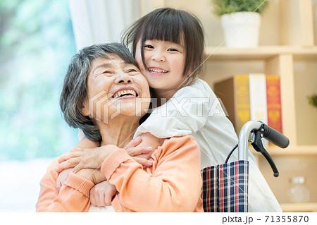 孫と遊ぶおばあちゃん 老人ホーム 71355870
