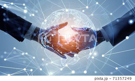 グローバルビジネスイメージ 握手するビジネスパーソン パートナーシップ 71357249