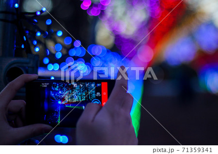 色鮮やかな光のトンネルをスマートフォンで撮影 71359341