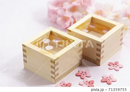 桜の花びらが浮いている日本酒_升酒 71359755