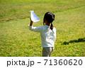 紙飛行機を投げ飛ばして遊ぶ子供 71360620