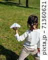 紙飛行機を投げ飛ばして遊ぶ子供 71360621