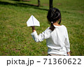 紙飛行機を投げ飛ばして遊ぶ子供 71360622