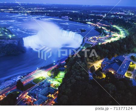 カナダ スカイロンタワーからカナダ滝夜景 71377124