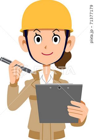 クリップボードとペンを持つ建築作業員の女性 71377179