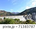 早池峰ダムと初冠雪の早池峰山 71383787