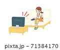 テレビを見る主婦 71384170