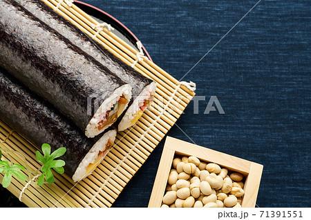 節分 巻き寿司と豆 71391551