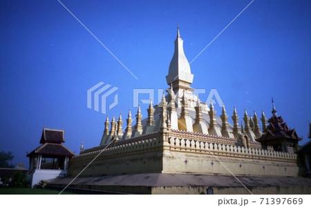 ラオス ビエンチャンの寺院と青空 71397669