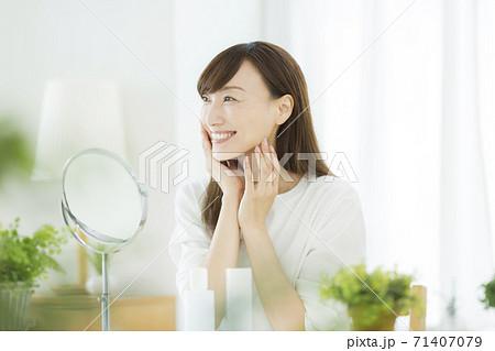 ミドル女性のスキンケア 美容 71407079
