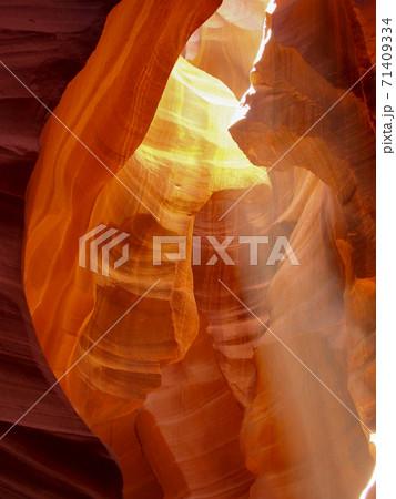 アンテロープキャニオンに差し込む光 71409334