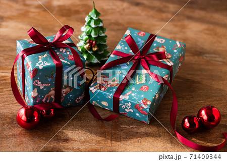 可愛いクリスマス柄のギフトラッピング 71409344