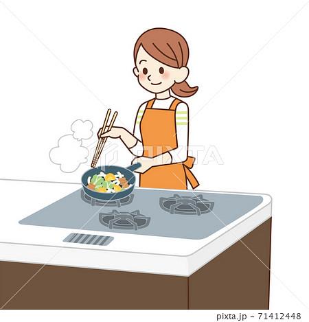 炒め物を作る主婦 71412448