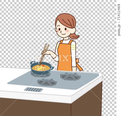 家庭主婦做油炸食品 71412469