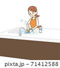 食器を洗う主婦 71412588
