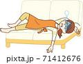 ソファでぐったりする主婦 71412676