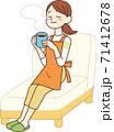 ソファでくつろぐ主婦 71412678