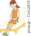 ソファで居眠りする主婦 71412679