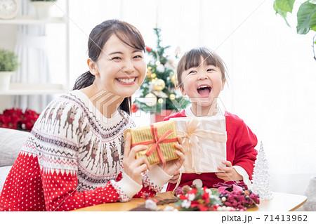 ファミリー クリスマスプレゼントを交換する親子 71413962