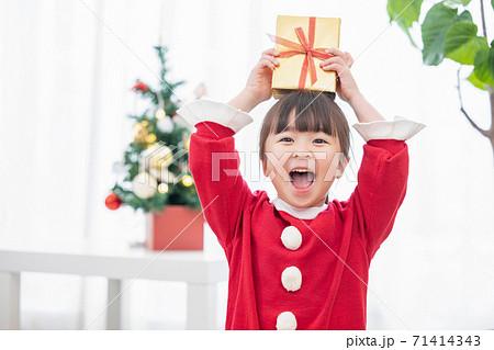 クリスマスプレゼントをもらって喜ぶ女の子 71414343