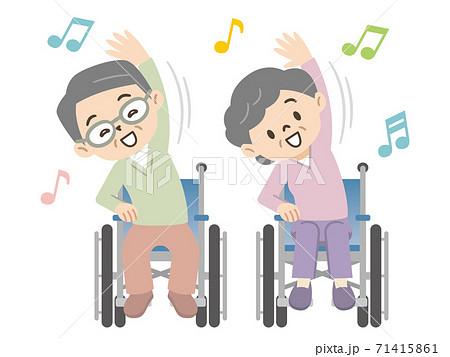 車椅子で体操をする高齢者 71415861