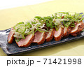 鴨肉のロースト 青ネギ乗せ 黄緑色系背景 71421998