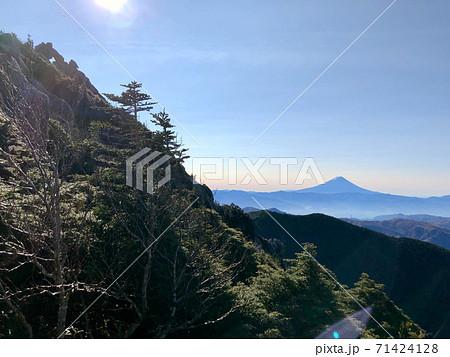 【長野】奥秩父連峰金峰山方面から見る富士山 71424128