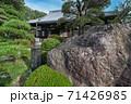 寺社仏閣 松月院の本堂と赤虎石 東京都板橋区 71426985