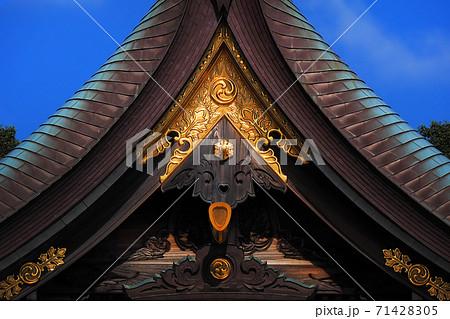 三つ巴の装飾が施された神社の部分イメージ 71428305