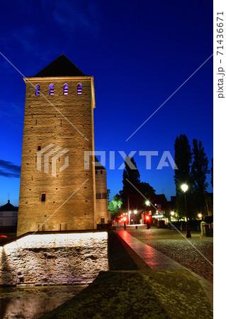 フランス・ストラスブール、黄昏時のポン・クヴェール橋 71436671