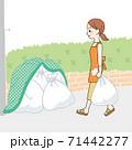 ゴミを出しに行く主婦 71442277