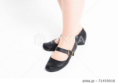 スーツを着た女性の足元 71450016
