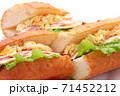 フランスパン サンドイッチ 白背景 71452212