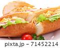 フランスパン サンドイッチ 白背景 71452214