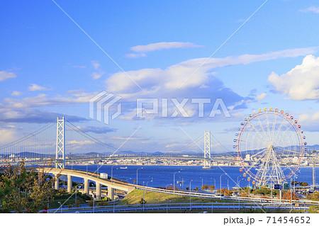 淡路 ハイウェイオアシスから望む明石海峡大橋 71454652