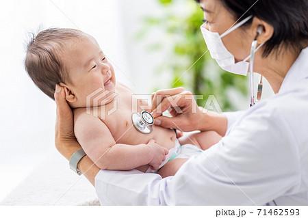赤ちゃんを診察する女性医師 71462593