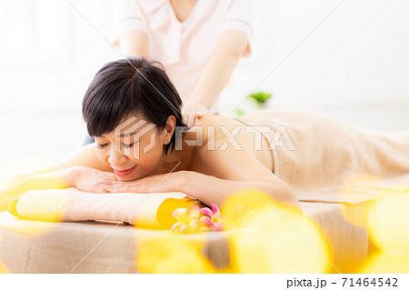 シニア女性がエステを受けているイメージ 71464542