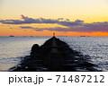 夕暮れの海と突堤 71487212