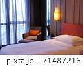 ホテルのベッド 71487216