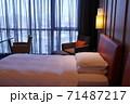 ホテルのベッド 71487217