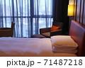 ホテルのベッド 71487218