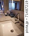 ホテルの洗面所 71487219